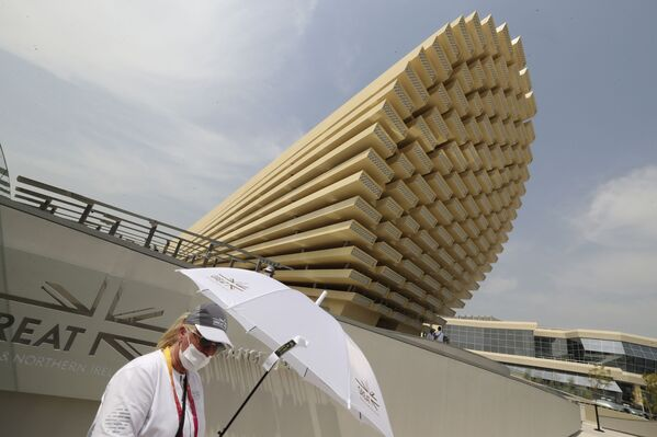 Nhân viên của gian hàng Vương quốc Anh chào đón khách tham dự Triển lãm Toàn thế giới World Expo 2020 ở Dubai, Các Tiểu vương quốc Ả Rập Thống nhất - Sputnik Việt Nam