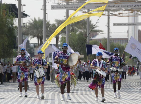 Những người tham gia tuần hành trong Ngày nước Pháp tại Triển lãm Toàn thế giới World Expo 2020 ở Dubai, Các Tiểu vương quốc Ả Rập Thống nhất - Sputnik Việt Nam