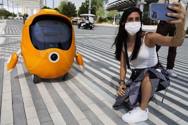 Cô gái chụp ảnh tự sướng với robot tại Triển lãm Toàn thế giới World Expo 2020 ở Dubai, Các Tiểu vương quốc Ả Rập Thống nhất - Sputnik Việt Nam