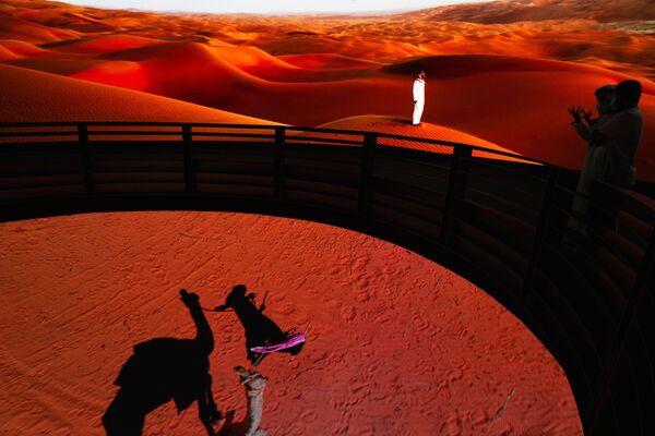 Những người đàn ông xem các vật trưng bày trong gian hàng của Ả Rập Xê-út tại Triển lãm Toàn thế giới World Expo 2020 ở Dubai, Các Tiểu vương quốc Ả Rập Thống nhất - Sputnik Việt Nam