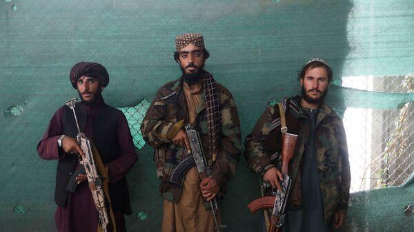 Các chiến binh Taliban* đang cầm vũ khí tại căn cứ không quân Bagram ở Parwan, Afghanistan - Sputnik Việt Nam