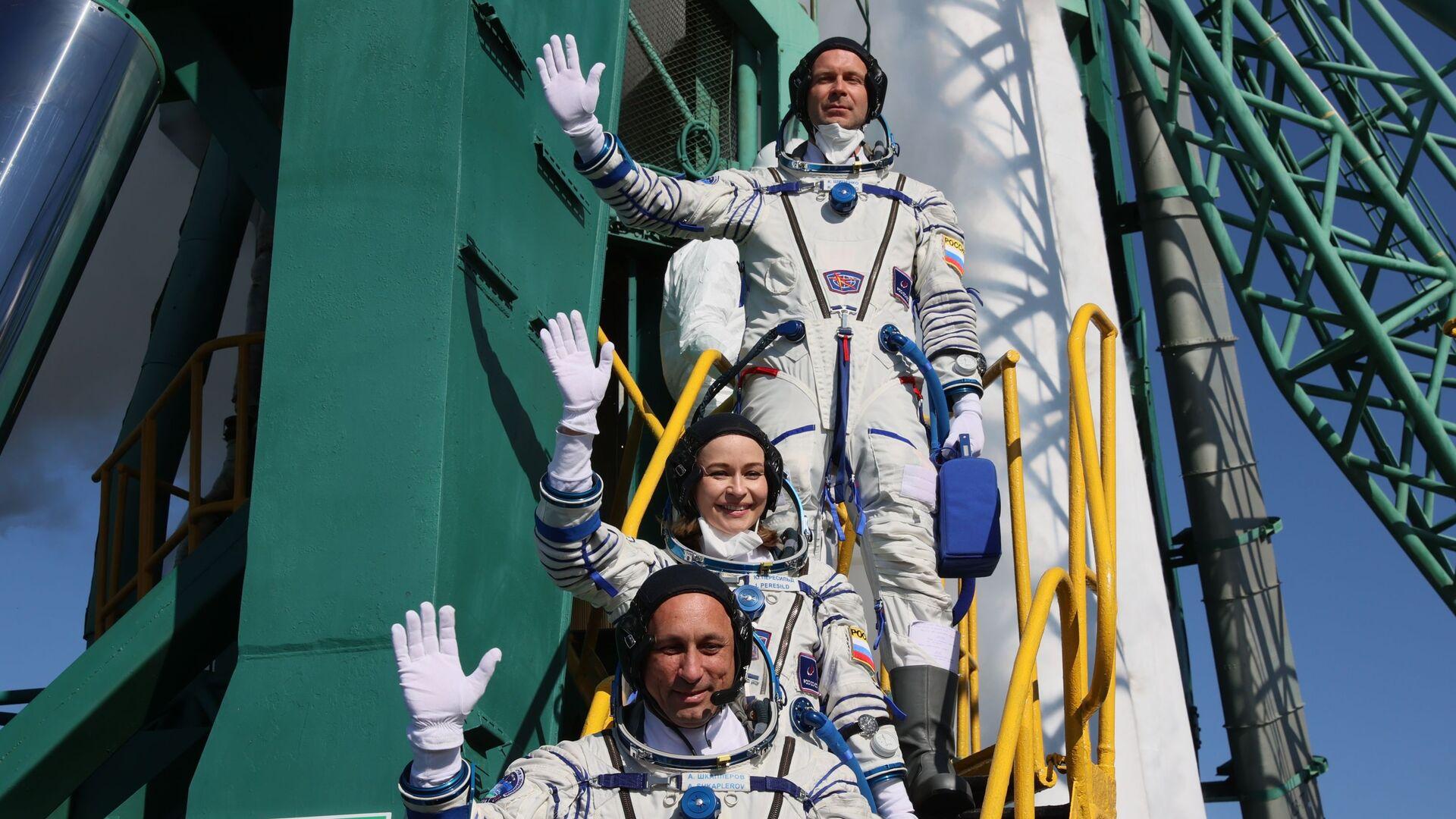 Các thành viên của phi hành đoàn chính của chuyến thám hiểm thứ 66 tới Trạm vũ trụ quốc tế trước khi phóng tàu vũ trụ Soyuz MS-19 - Sputnik Việt Nam, 1920, 06.10.2021