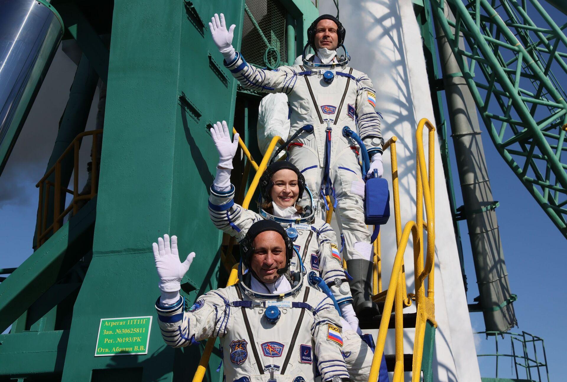 Các thành viên của phi hành đoàn chính của chuyến thám hiểm thứ 66 tới Trạm vũ trụ quốc tế trước khi phóng tàu vũ trụ Soyuz MS-19 - Sputnik Việt Nam, 1920, 05.10.2021