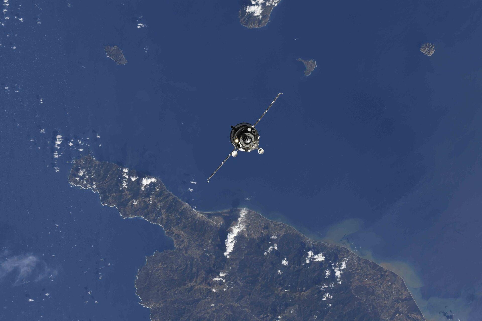 Lắp ghép tàu vũ trụ có người lái Soyuz MS-19 với ISS - Sputnik Việt Nam, 1920, 06.10.2021