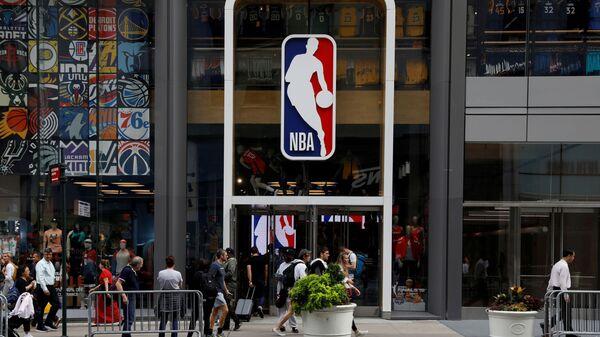 Логотип NBA над входом в магазин NBA в Нью-Йорке, США - Sputnik Việt Nam