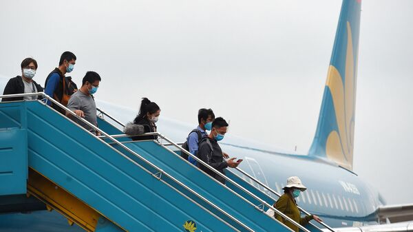 Пассажиры выходят из самолета авиакомпании Vietnam Airlines  в аэропорту Нойбай - Sputnik Việt Nam