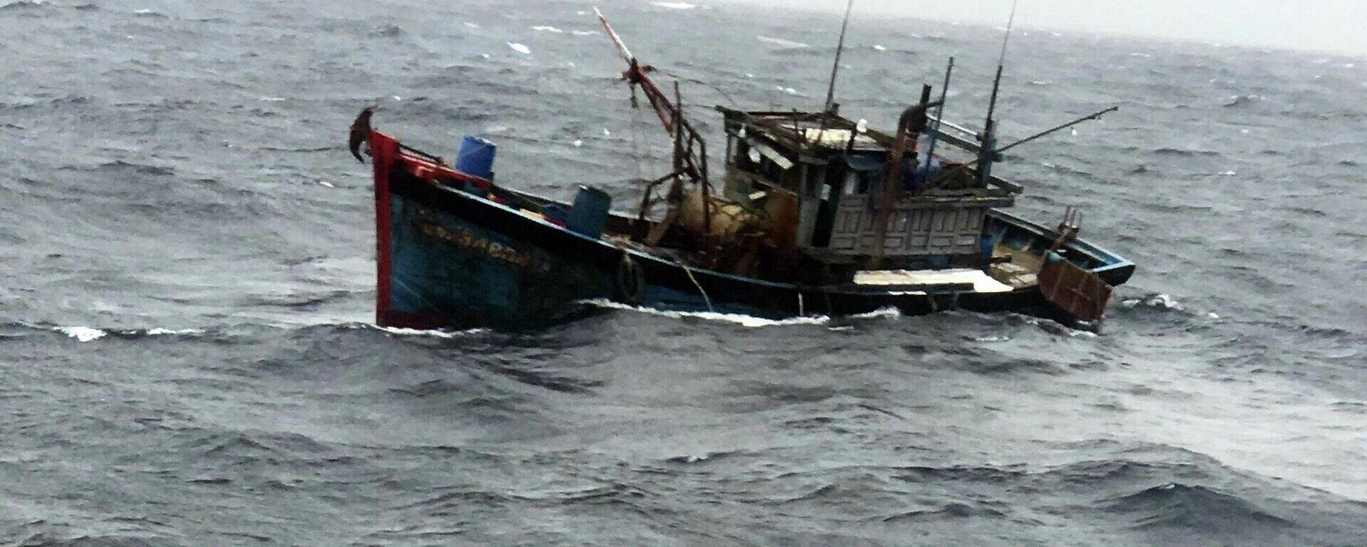 Tàu cá gặp nạn trên biển trong thời tiết nguy hiểm. - Sputnik Việt Nam, 1920, 07.10.2021