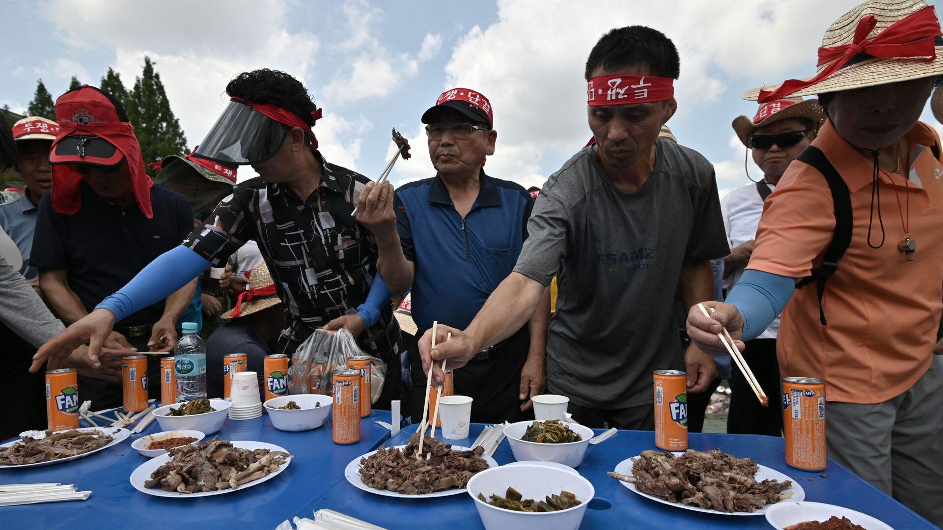 Các chủ trang trại ăn thịt chó trong hoạt động phản đối ở Seoul - Sputnik Việt Nam, 1920, 06.10.2021