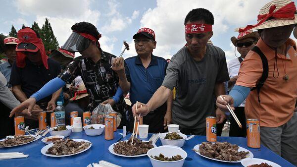 Фермеры едят собачье мясо во время протеста в Сеуле  - Sputnik Việt Nam