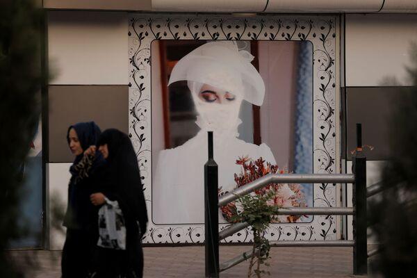 Những người phụ nữ đứng trước bức vẽ cô gái trên bức tường ở Kabul - Sputnik Việt Nam