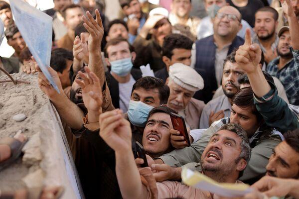Những người Afghanistan tại trung tâm cấp hộ chiếu ở Kabul - Sputnik Việt Nam