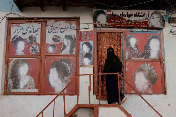 Người phụ nữ bên ngoài thẩm mỹ viện ở Kabul - Sputnik Việt Nam