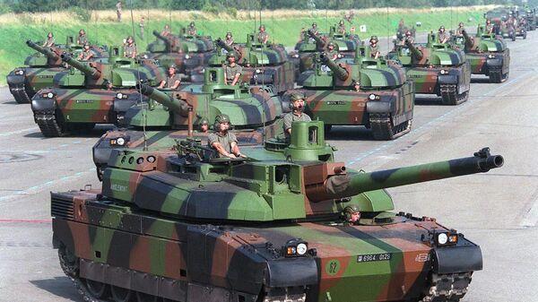 Танки Leclerc 10-й танковой дивизии Châlons-en-Champagne в Вилакубле, во время репетиции парада, 1997 год - Sputnik Việt Nam