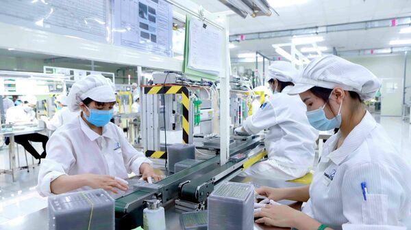 Sản xuất linh kiện điện tử tại Công ty Youngbag ViiNa khu Công nghiệp Bình Xuyên, Vĩnh Phúc. - Sputnik Việt Nam