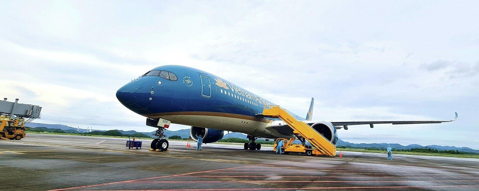 Chuyến bay mang số hiệu VN18 chở 301 hành khách từ Pháp hạ cánh an toàn ngày 23/9 tại sân bay quốc tế Vân Đồn. - Sputnik Việt Nam, 1920, 11.10.2021