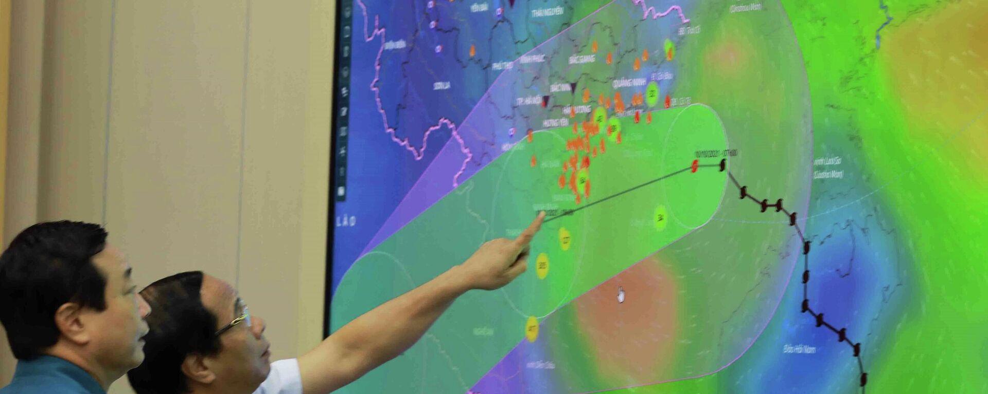 Phó Thủ tướng Lê Văn Thành xem sơ đồ đường đi của bão số 7 - Sputnik Việt Nam, 1920, 10.10.2021