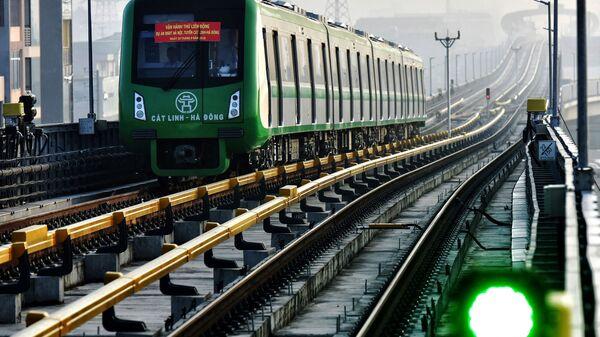 Поезд на первой надземной железнодорожной линии в Ханое - Sputnik Việt Nam