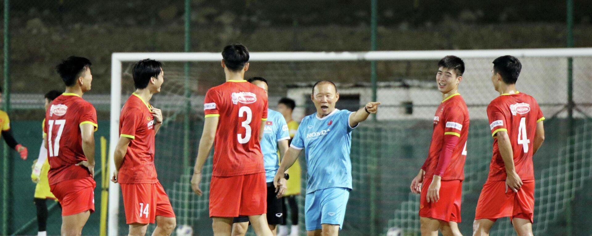 HLV Park Hang Seo chỉ đạo các cầu thủ  - Sputnik Việt Nam, 1920, 11.10.2021