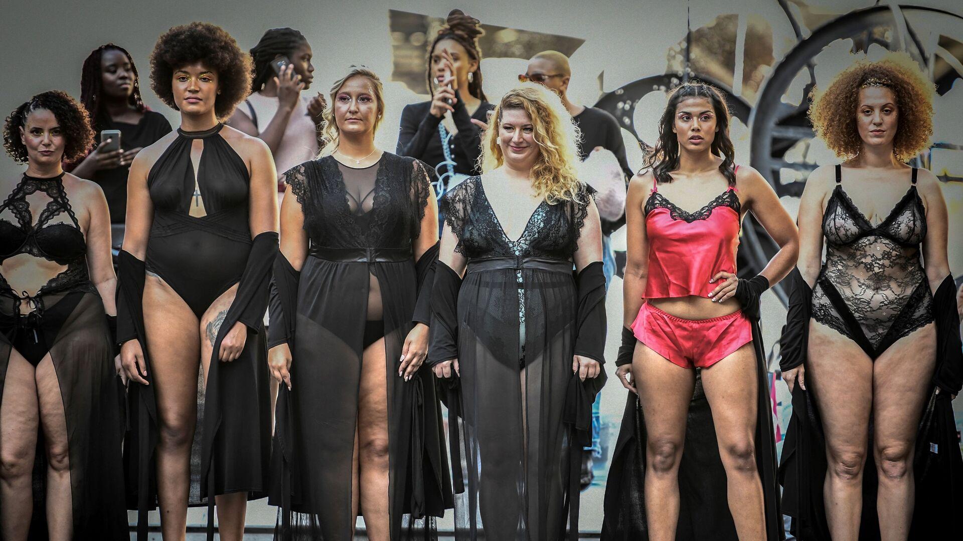 Những người mẫu tại buổi trình diễn The All Sizes Catwalk ở Paris - Sputnik Việt Nam, 1920, 12.10.2021