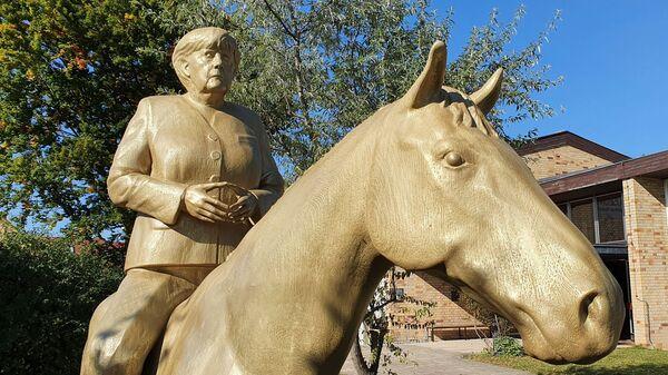 Статуя Ангелы Меркель на коне в Музее Темпель в Этсдорфе - Sputnik Việt Nam