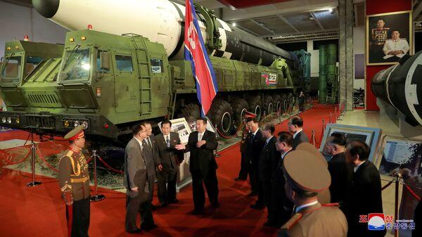 Лидер КНДР Ким Чен Ын на выставке оборонной промышленности в Пхеньяне  - Sputnik Việt Nam