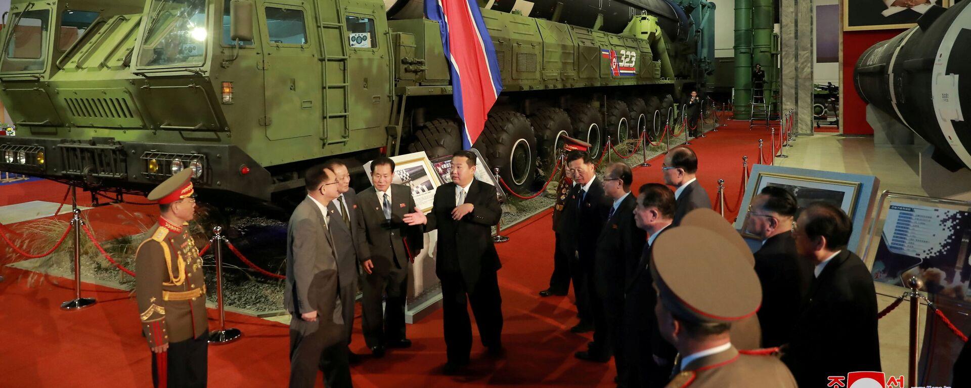 Nhà lãnh đạo CHDCND Triều Tiên Kim Jong-un tại Triển lãm công nghiệp quốc phòng ở Bình Nhưỡng - Sputnik Việt Nam, 1920, 12.10.2021
