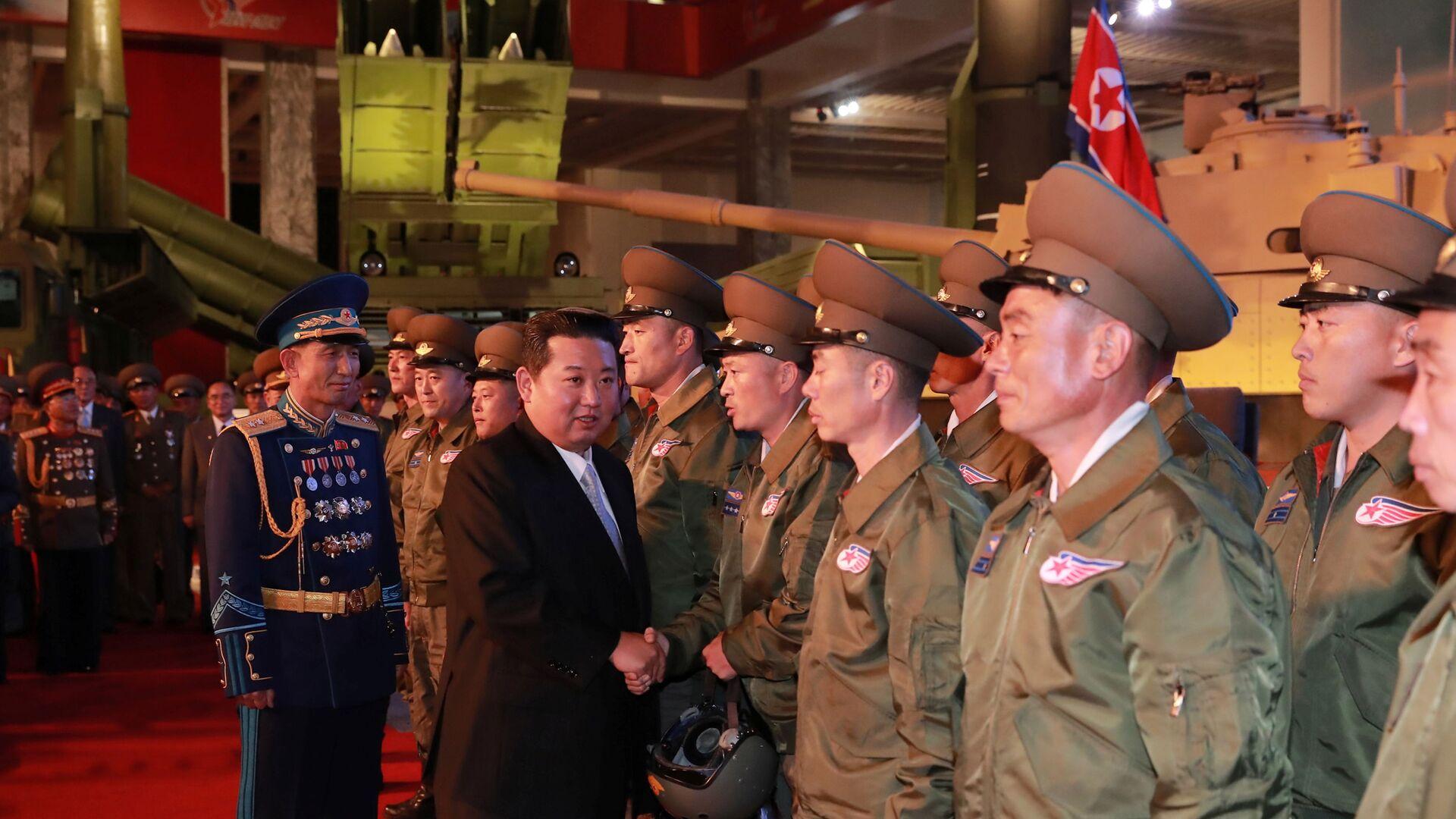 Nhà lãnh đạo CHDCND Triều Tiên Kim Jong-un tại Triển lãm công nghiệp quốc phòng ở Bình Nhưỡng - Sputnik Việt Nam, 1920, 13.10.2021
