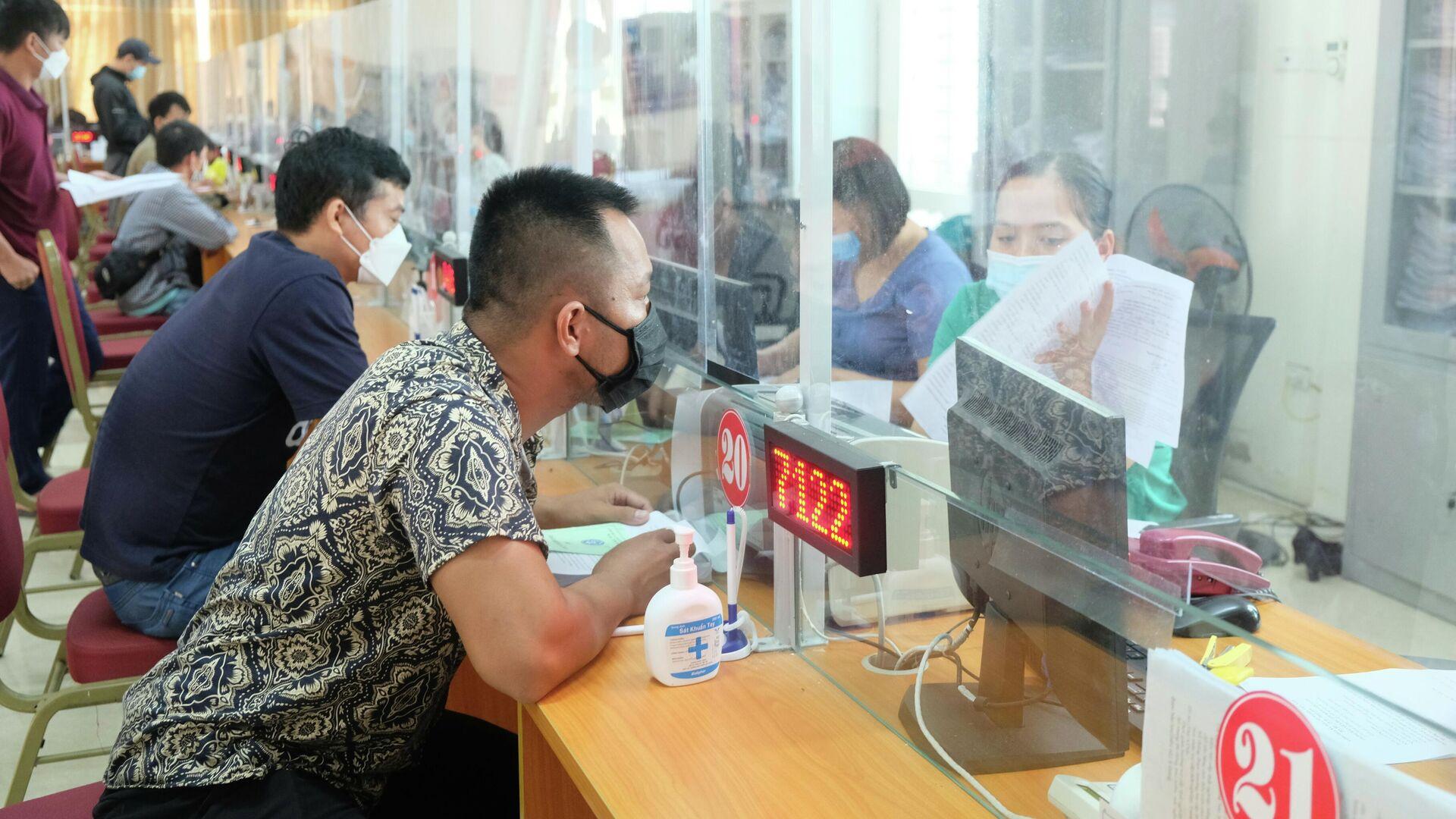 Đối tượng người lao động đề nghị hưởng trợ cấp thất nghiệp chiếm tỷ lệ cao nhất từ 25 - 40 tuổi, trong đó, số người lao động bị mất việc do dịch chiếm hơn 60%  - Sputnik Việt Nam, 1920, 12.10.2021