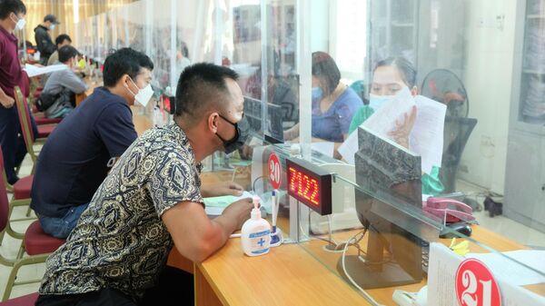Đối tượng người lao động đề nghị hưởng trợ cấp thất nghiệp chiếm tỷ lệ cao nhất từ 25 - 40 tuổi, trong đó, số người lao động bị mất việc do dịch chiếm hơn 60%  - Sputnik Việt Nam