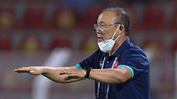 Тренер сборной Вьетнама Пак Хан Со в матче азиатской квалификации ЧМ-2022 года между Оманом и Вьетнамом - Sputnik Việt Nam
