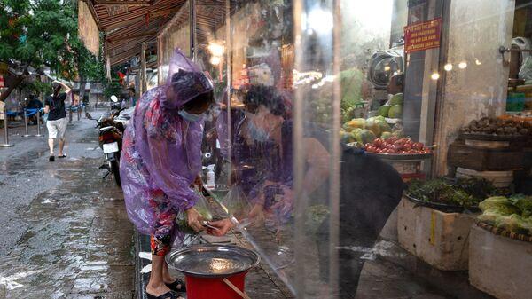 Покупатель расплачивается на рынке в старом квартале Ханоя, Вьетнам - Sputnik Việt Nam