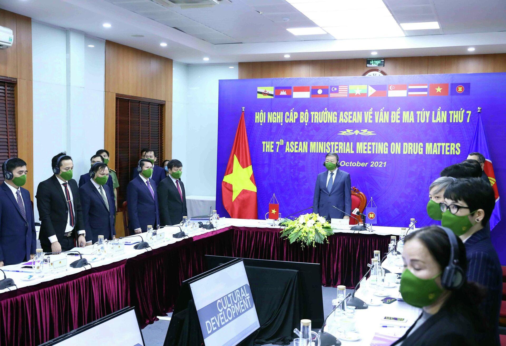 Bộ trưởng Bộ Công an Tô Lâm và các đại biểu thực hiện nghi thức chào cờ ASEAN  - Sputnik Việt Nam, 1920, 14.10.2021