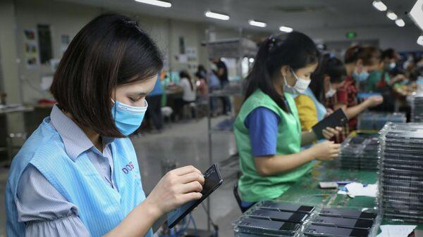 Dây truyền sản xuất tại Công ty TNHH Alpha Green Tech Vina, vốn đầu tư của Hàn Quốc tại khu công nghiệp Hòa Phú, huyện Hiệp Hòa (Bắc Giang) - Sputnik Việt Nam
