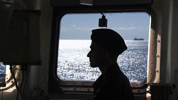 Военнослужащий ВМФ России на борту корвета Громкий во время совместных российско-китайских военно-морских учений Морское взаимодействие – 2021 в Японском море - Sputnik Việt Nam