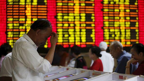 Инвесторы смотрят на экранах компьютеров, показывающих биржевую информацию в брокерской фирме в Шанхае - Sputnik Việt Nam