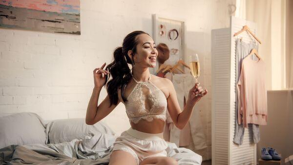 Девушка с бокалом вина - Sputnik Việt Nam