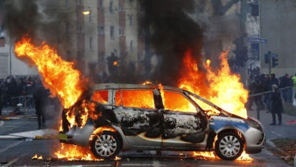 Xe cảnh sát bị đốt cháy ở Frankfurt-am-Main. - Sputnik Việt Nam