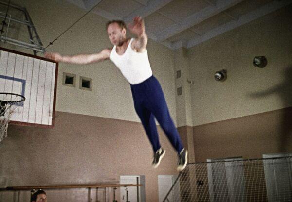 Nhà du hành vũ trụ Liên Xô Alexei Leonov trong phòng tập thể dục - Sputnik Việt Nam