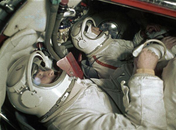 Hai phi hành gia Belyaev (trái) và Alexei Leonov (phải) - Sputnik Việt Nam