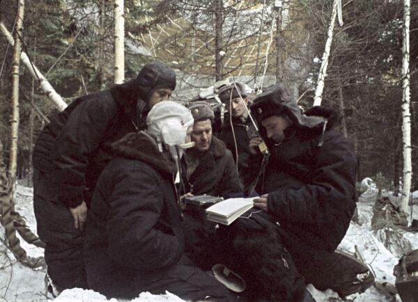 Các phi hành gia Alexei Leonov và Pavel Belyaev kết nối liên lạc sau khi hạ cánh - Sputnik Việt Nam
