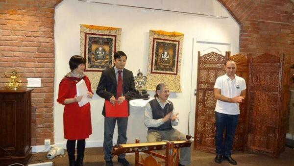 Đại diện Hội văn học nghệ thuật Việt Nam tại Nga đọc thơ và biểu diễn đàn bầu. - Sputnik Việt Nam
