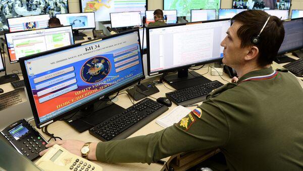 Một quân nhân trong hoạt động hàng ngày tại Trung tâm kiểm soát lực lượng vũ trang Nga - Sputnik Việt Nam