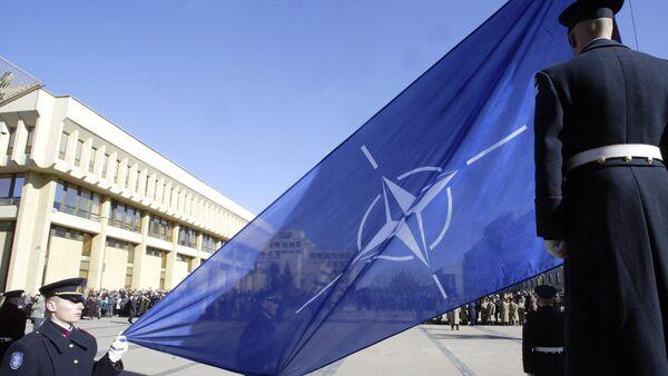 Lithuanian soldiers hoist a blue-and-white NATO flag - Sputnik Việt Nam