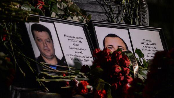 Chân dung các liệt sỹ Nga hy sinh tại Syria. Trung tá Oleg Peshkov và thủy thủ Aleksandr Pozynich. - Sputnik Việt Nam