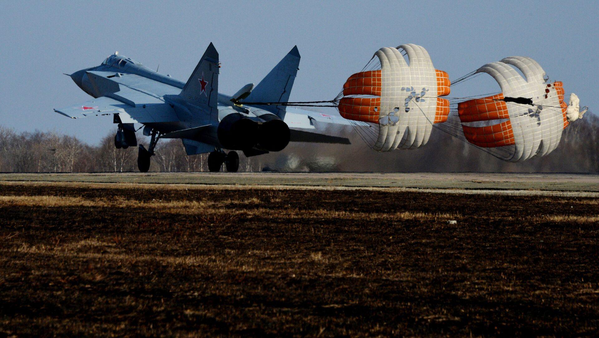 Một trong ba máy bay MiG-31 BM hiện đại hóa đầu tiên khi hạ cánh tại sân bay quân sự ở Primorye - Sputnik Việt Nam, 1920, 13.07.2021