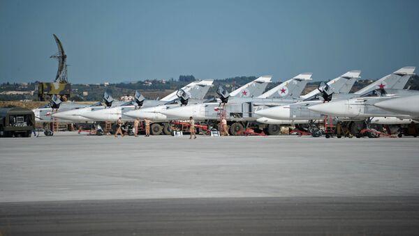 Các máy bay ném bom Su-24 tại căn cứ không quân Hmeymim ở Syria - Sputnik Việt Nam