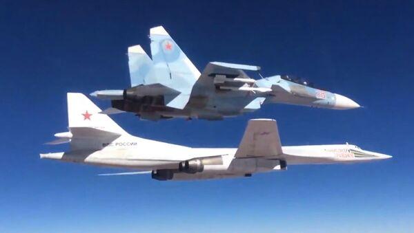 Máy bay ném bom Su-30SM với sự yểm trợ của phi cơ mang tên lửa Tu-160 của Nga - Sputnik Việt Nam
