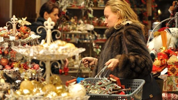 Một khách hàng tại quầy hàng năm mới ở cửa hàng TSUM - Sputnik Việt Nam