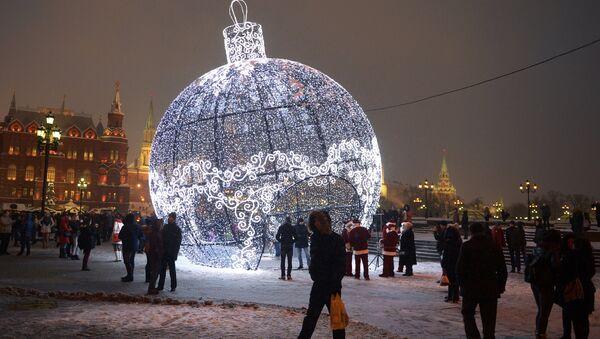 Quả cầu Giáng sinh cao 17 mét trên Quảng trường Manezh ở Moskva - Sputnik Việt Nam