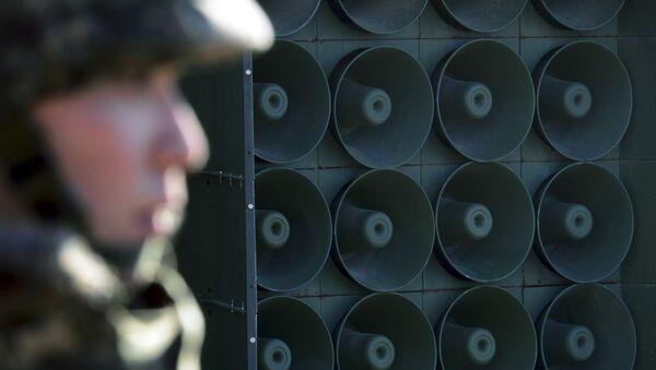 Một binh sĩ trên nền dàn loa đại ở Hàn Quốc - Sputnik Việt Nam